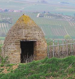 Ein rheinhessisches Trullo mit typischer Dachform.